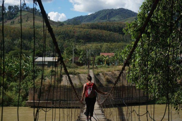 Inês cruzando el puente de vuelta