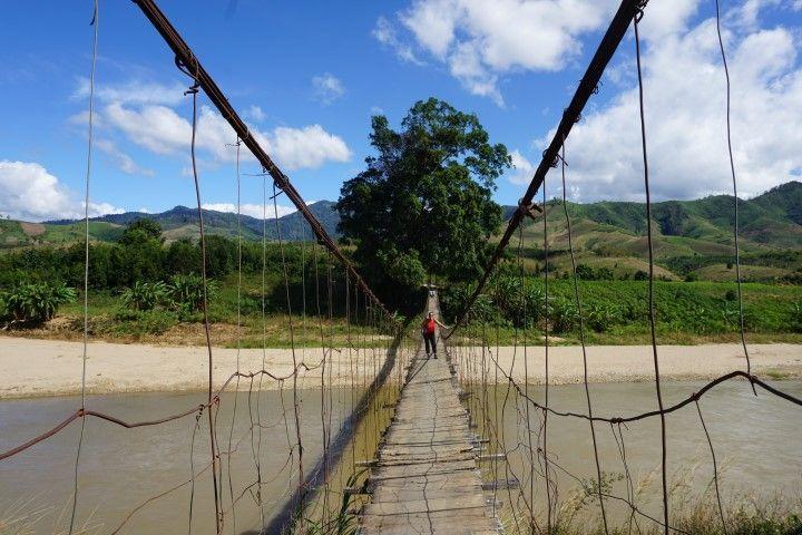 En un puente colgante (que cruzamos muuuy despacito) del tiempo de la guerra...y un escenario envolvente de quitar el hipo (Central Highlands, Vietnam)