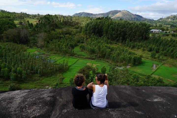 Inês y Lore charlando encima de la roca del elefante, con una vista impresionante