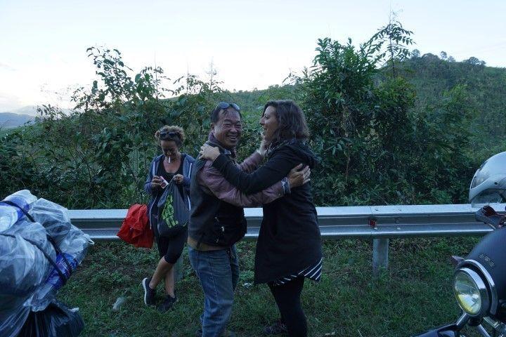 Inês y Mr.Dragon bailando en la mitad de la carretera. Un foto vale más que mil palabras... :)