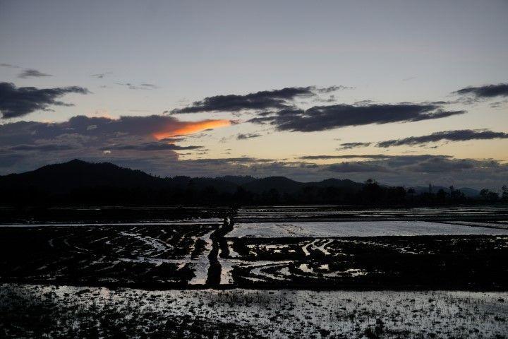 El atardecer en el lago lak que contemplamos después de dejar las mochilas