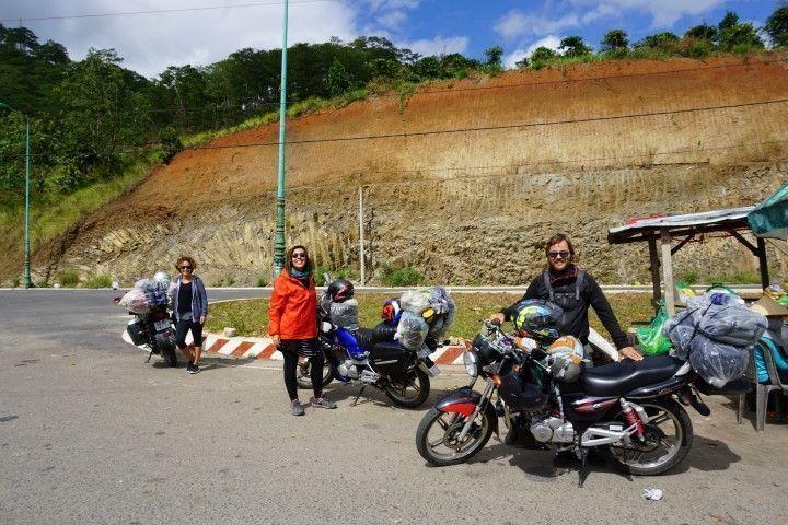 Lorena, Inês y Chris con sus respectivas motos al inicio del trayecto.