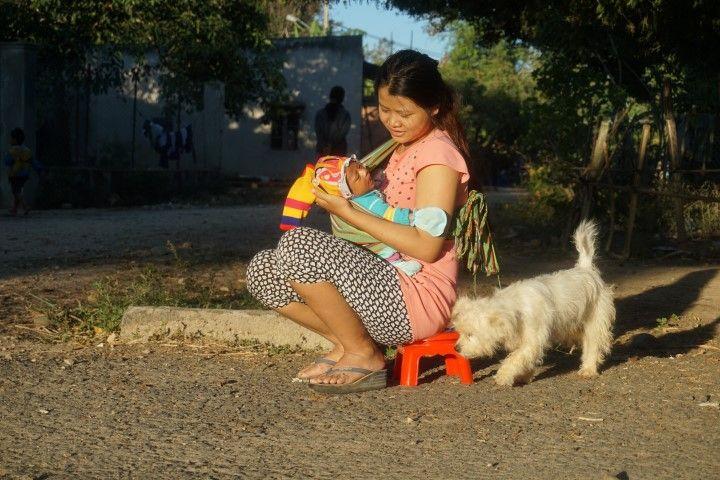 Una madre con sus bebe y su perrito