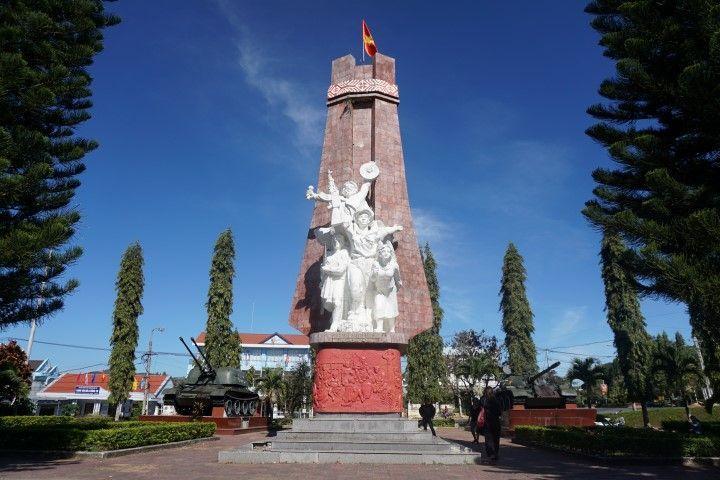 Monumento a la victoria con los tanques