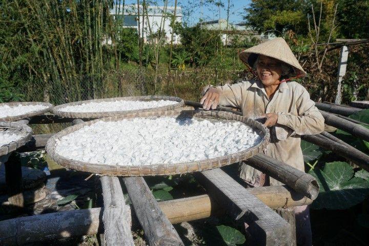 Mujer muy sonriente preparando la tapioca