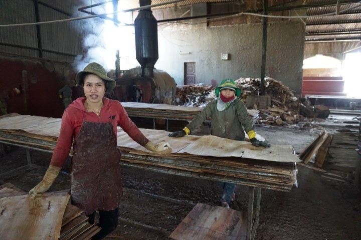 Mujeres trabajando en la fábrica