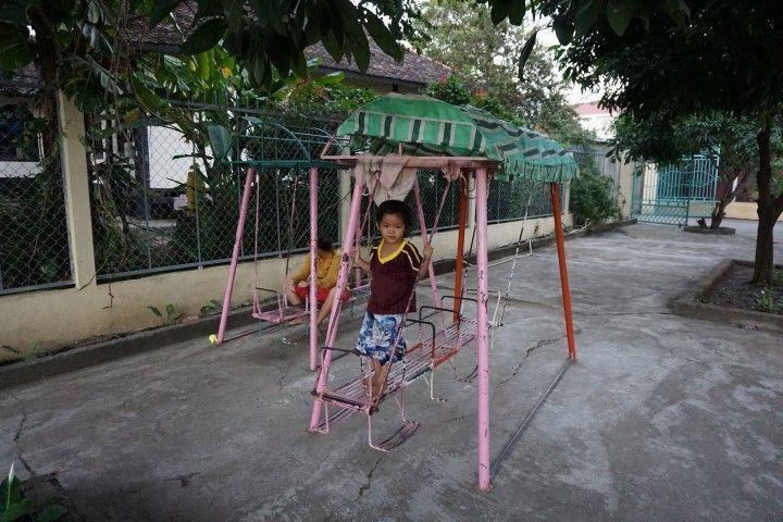 Niñas jugando en el orfanato Vinh Son.