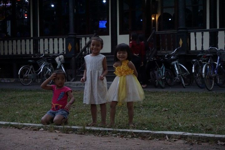 Niñas majísimas fuera de la iglesia. Estuvieron correteando detrás de Inês como una hora. ;)