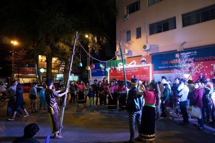 Noche de juegos en Buon Ma Thuot
