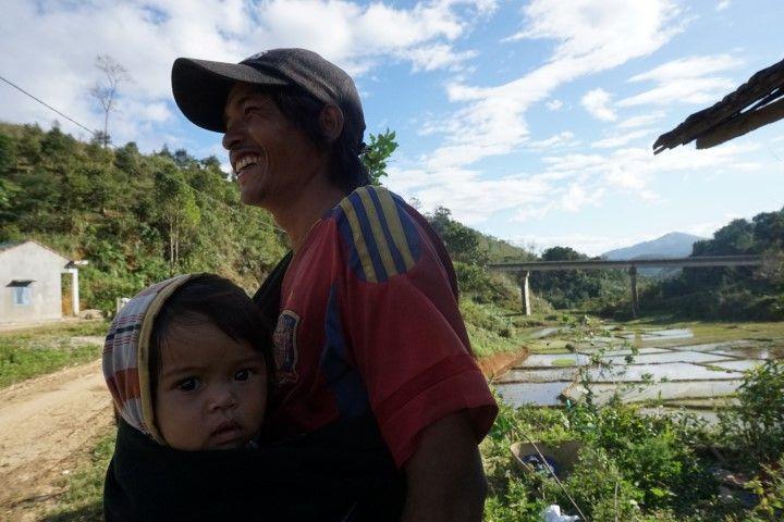 Padre con su bebe en el Ho Chi Minh Trail