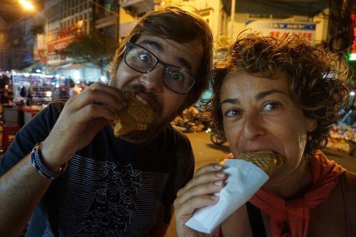 Lore y Chris muy felices disfrutando de sus peces-gofre con chocolate, hechos al momento.