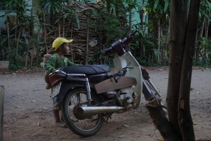 En Vietnam (y en la mayoría de los países del Sudeste Asiático) empiezan a conducir la moto casi antes de andar...