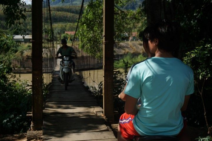 Nosotrxs precavidxs cruzando el puente caminando...y ellos con la moto a toda velocidad.