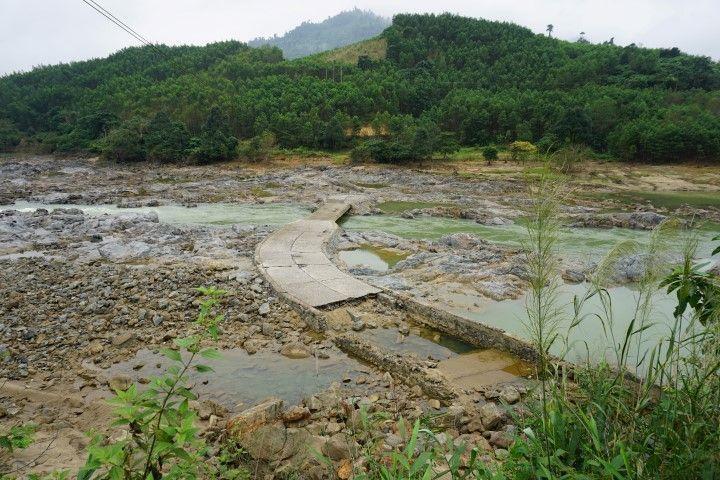 Puente sólo visible en época seca, usado en la guerra de Vietnam.