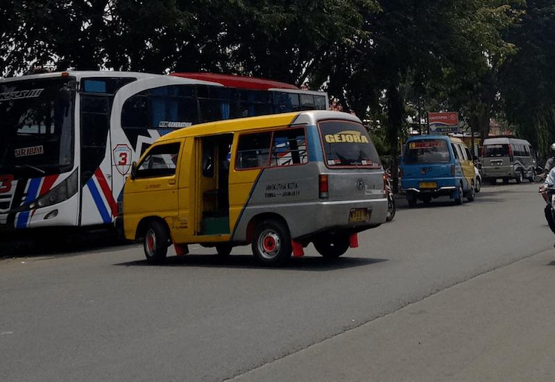 Minivan de estación de tren de probolinggo a estación de minivans