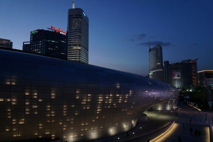 Imaginándonos en una película de ciencia ficción en el DDP (Dongdaemun Design Plaza ) de Zaha Hadid