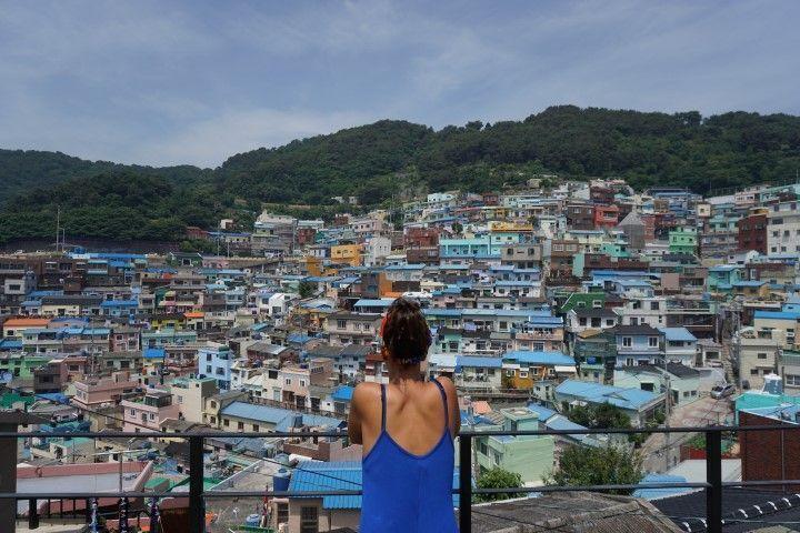 Inês en el bellísimo Gamcheon que extiende sus colores por la colina.