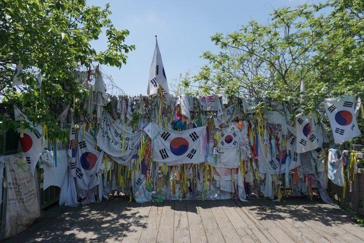 Mensajes de paz en la entrada del Puente Sin Regreso