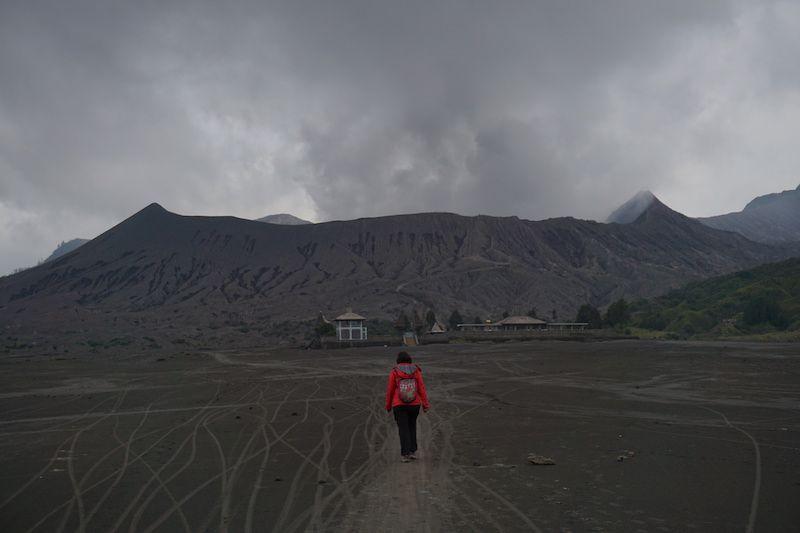 Inês de camino al cráter del Bromo