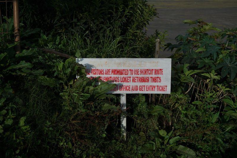 Cartel que prohibe entrada gratis al Bromo