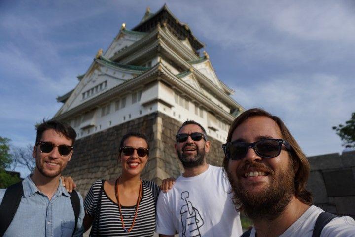 Nosotrxs frente al castillo de Osaka
