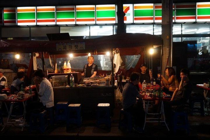 Haciendo amigxs y compartiendo soju en el barrio de Jogno, conocido por sus estrechas calles llenas de barbacoas callejeras, en Seúl