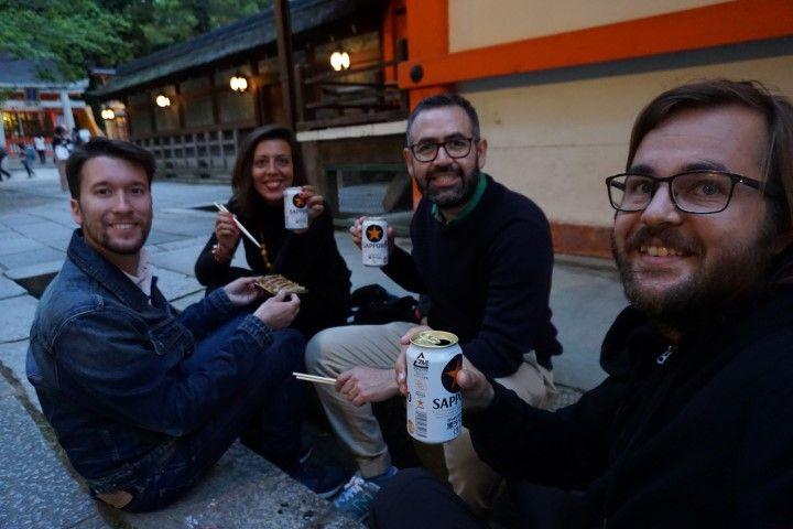 Cervezas y Gyozas (compradas en el Lawson, una de las tiendas de conveniencia), nuestra rutina infalible diaria, en Shinto Shrine, al atardecer.