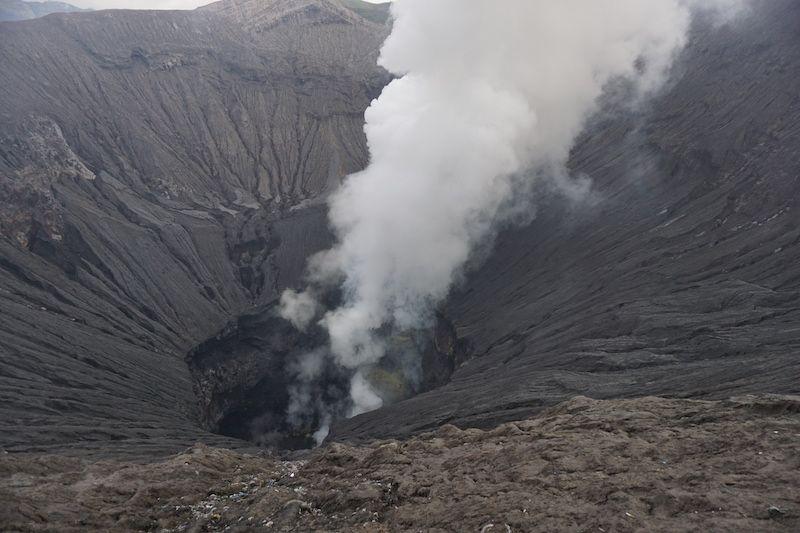 Cráter del Bromo expulsando gas