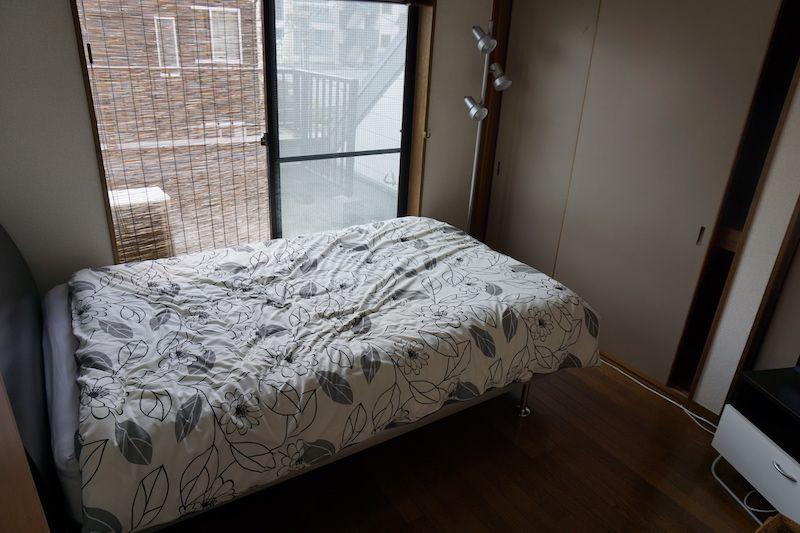En la zona de arriba hay habitaciones con camas