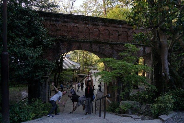 Tonteando (si es que se nos da muy bien jajaja) por los alrededores del templo budista Zen de la escuela Rinzai, en Kioto.