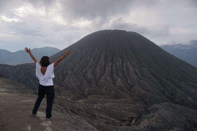 Inês disfrutando de las vistas tras la subida al cráter