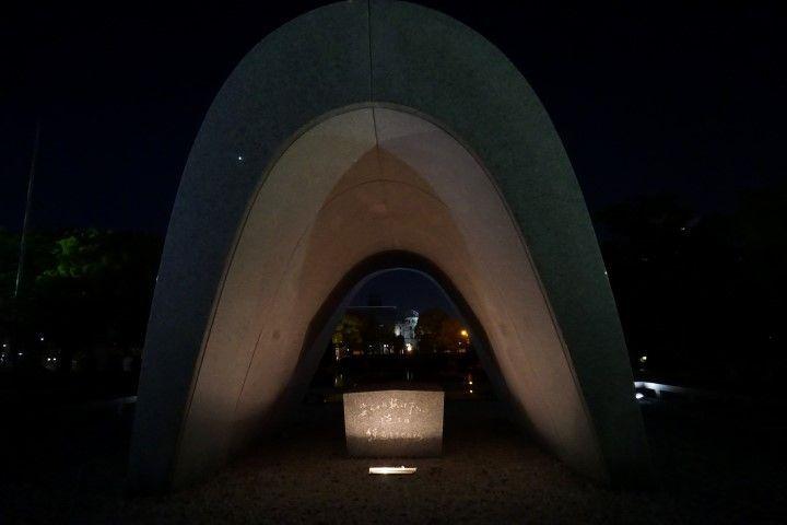 El Cenotafio para las víctimas en forma de arco donde se vislumbra esa misma cúpula y una llama. Dicen que esta llama no se apagará hasta que se eliminen todas las bombas atómicas existentes en el mundo.