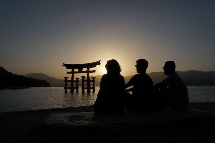 Nuestro atardecer contemplando al Torii más famoso de Japón, en #miyajima. Los Torii son puertas (tradicionalmente hechas en madera) que marcan la transición entre lo profano y lo sagrado. El profano está claro de qué lado está ya que disfrutamos de este mágico atardecer con unas cervecitas locales...