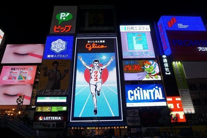 Este neón del runner (un corredor de toda la vida) de la marca alimenticia Glico es un icono de Osaka. Pues como el Tío Pepe en Madrid. Neones de marcas que se entrañan de tal forma en la ciudad que son ya parte del mobiliario urbano. El cartel original de Glico lleva desde 1935 en Osaka y es el más fotografiado entre turistas y locales. Como curiosidad, el Tio Pepe madrileño tiene casi la misma edad ya que lleva iluminando la Puerta del Sol desde 1936.