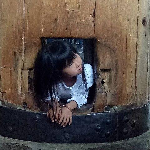 Esta niña ya tiene iluminación garantizada para su próxima vida. Sí, es lo que tiene conseguir pasar por el agujero del gran pilar de madera del salón principal del Gran Buda de #Nara (y hacer la enorme cola que hay hasta ahí). Nosotrxs de momento nos contentamos con la gratificación de visitar semejante belleza en el mayor edificio de madera del Mundo.