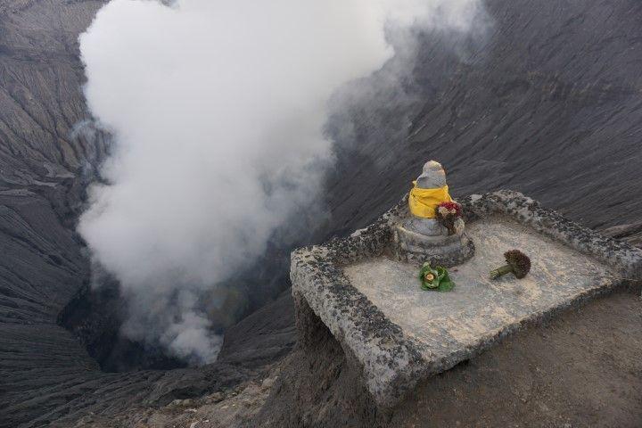 Ofrenda hindú en la boca del cráter