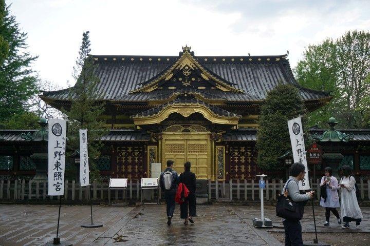 Romain e Inês pasando por Santuario Toshogu en el Parque Ueno. Sí, había llovido hace nada.