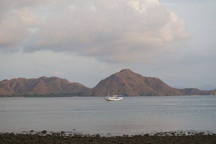 Se termina un día completito e intenso, en la playa de la isla de Komodo.