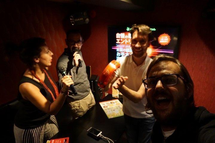 El primer karaoke, en Nakano. Aquí todavía no sabíamos de la existencia de karaokes CON DISFRACES incluidos en el precio, pero no tardaríamos nada en descubrirlo ;)