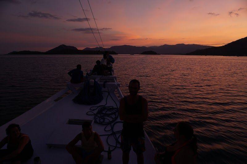 Puesta de sol desde el barco en Komodo