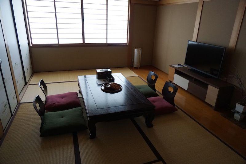 Esta salita típica con tatami es la que más nos gustó! Aquí pasamos nuestras noches cenando y/o degustando saque