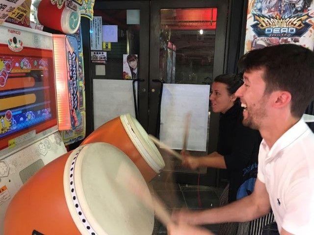Inês y Romain dándolo todo en una de las maquinas de juego de las muchas que te encuentras por las ciudades japonesas.