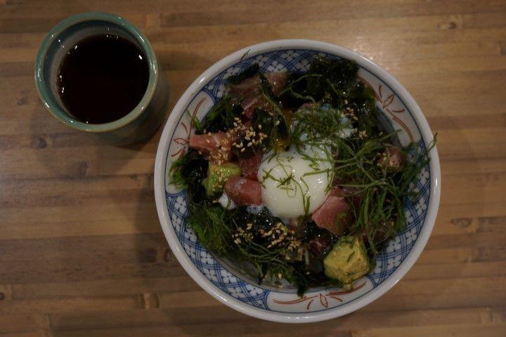 Pues sí, este bol delicioso tiene la base de arroz cocido (el mismo del sushi más habitual 🍣) y las algas en vez de estar en hoja cubriéndolo como en los maki, se encuentran por encima... En este en especial, le daban el toque cubos de salmón, atún y aguacate con una salsa y semillas riquísimas.
