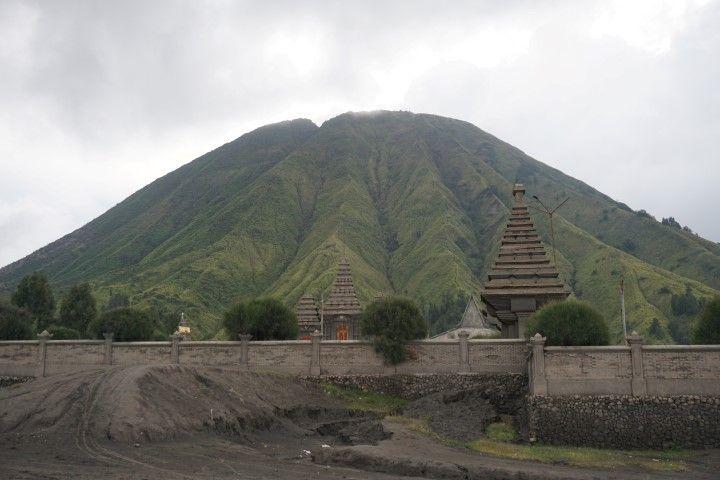¡Hay un templo hindú a orillas del Bromo!