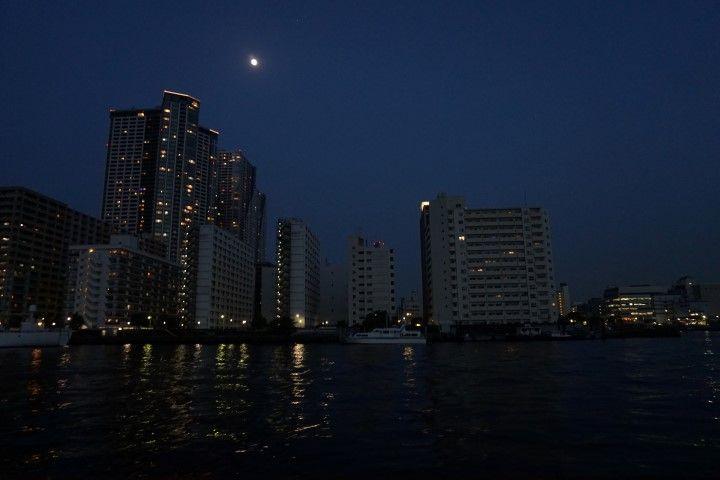 Tokio y su luna, en el trayecto en barco desde Asakusa hasta Daimon.