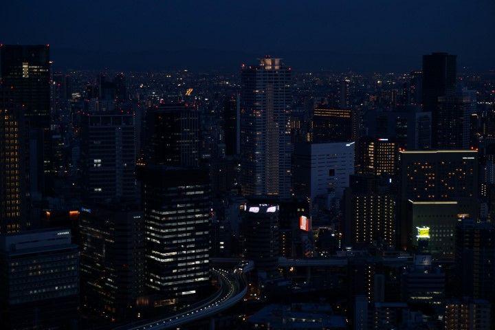 Vistas de Osaka por la noche, desde el Umeda Sky Building.