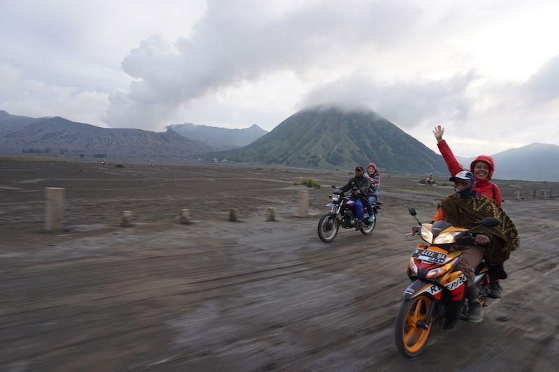 Volviendo en moto desde el cráter al pueblo