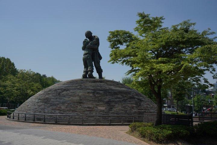 Escultura fuera del War Memorial Museum, en Seúl
