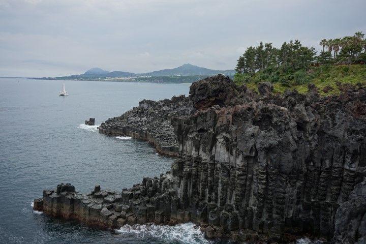 El espectacular conjunto de columnas basálticas de Jusangjeolli, conocido como la versión coreana de la famosa Calzada de los Gigantes irlandesa. El acantilado de 20 metros se formó cuando la lava llegó al mar