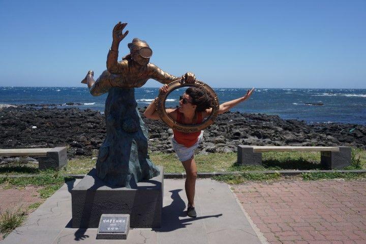 Jugando con unas estatua de una Haenyeo, en U-do (islita cerca de Jeju-do)